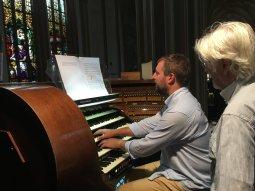 60-Organist Karel Martinek aan het 5-manuaalsorgel
